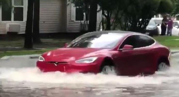 Bu Tesla Model S Sürücüsü Aracıyla Sulara Dalmaktan Korkmadı