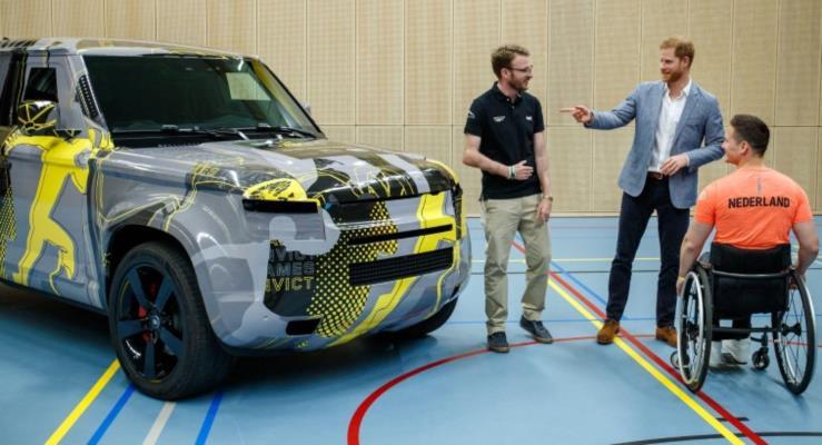 Prens Harry Yeni Land Rover Defender'ı Gördü