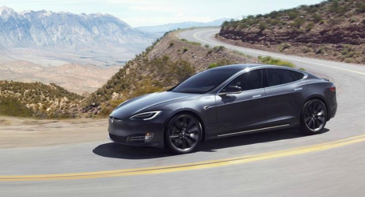 Tesla Model S hızını alamayınca 30 metre havalandı!
