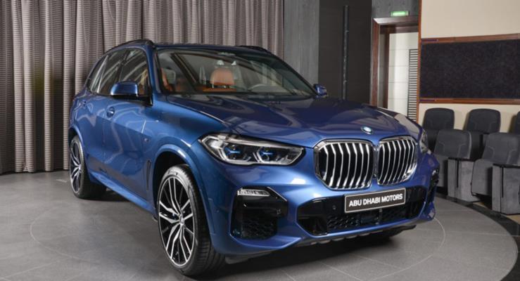 Yeni BMW X5 xDrive50i metalik mavi rengiyle çok şık görünüyor